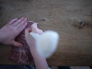 Feinschliff. Mit dem Schmirgelpapier geben wir dem Holzlöffel eine glatte Oberfläche. Foto (c) kinderoutdoor.de