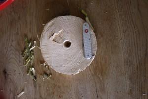 Mit dem Taschenmesser schnitzen: Ein Loch ist in der Baumscheibe.  Foto (c) kinderoutdoor.de