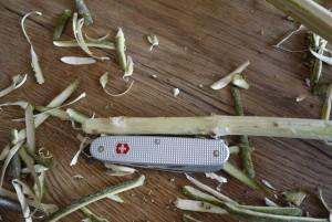 Mit dem Taschenmesser schnitzen die Kinder den abstehenden Ast an seinem Ende rund.  Foto (c) kinderoutdoor.de