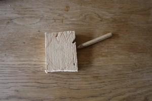 Bevor die Kinder mit dem Schnitzen loslegen, zeichnen sie die Tulpfe auf das Holz. foto (c) kinderoutdoor.de