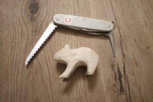 Schnitzen lernen: Dazu gehört auch zu entscheiden, wann welche Klinge vom Taschenmesser optimal ist. foto (c) kinderoutdoor.de