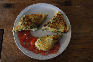 Outdoor Rezepte für Kinder: Das leckere Wildkräuter Omelett. foto (c) kinderoutdoor.de