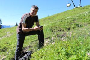 Kräuterwanderung mit dem GPS Gerät: Kräutercaching ist rund um Lenggries angesagt.  foto (c) kunz pr