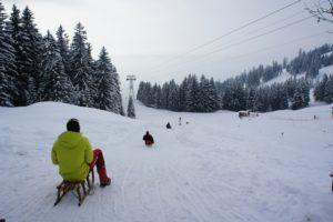 Nachtrodeln ist für Kinder und Jugendliche der ultimative Spaß im Winterurlaub. foto (c) kinderoutdoor.de