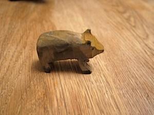Die Kinder werken mit dem Taschenmesser und sind fast fertig. Noch gründlich das Widlschwein anmalen. foto (c) kinderoutdoor.de