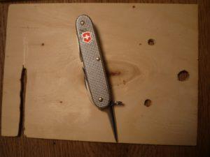 Wir bauen ein Vogelhaus und sägen erst mal einen Schlitz in das Sperrholz. foto (c) kinderoutdoor.de