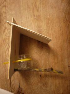Basteln mit Kindern: Die Sperrholzplatten ineinander gesteckt und fast ist unser Futterhäuchen fertig. foto (c) kinderoutdoor.de