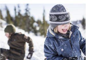 Eine Kindermütze die über die Ohren geht: Fjällräven Kids Knittes Hat zeigt sich in cooler Strickoptik. Foto (c) fjällräven