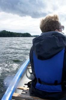 Auf geht´s über den See hinüber zur Reichenau. Die Kinder paddeln fleißig mit. foto (c) kinderoutdoor.de