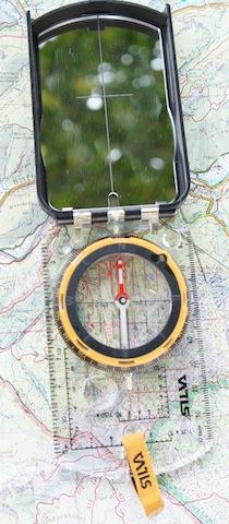 Mit dem Kompass ermitteln die Kinder den Standort. foto (c) kinderoutdoor.de