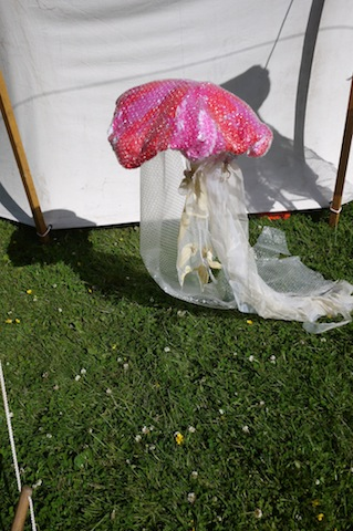 Eine ideale Bastelei für den Kindergeburtstag ist die Qualle aus Recyclingstoffen. foto (c) kinderoutdoor.de