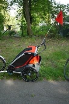 Die Basisversion vom Thule Chariot Cross 2 kostet 999 Euro. Wer das Langlauf Set oder die Joggingausrüstung dazu haben will, muss entsprechend viel Geld dafür bezahlen. foto (c) kinderoutdoor.de