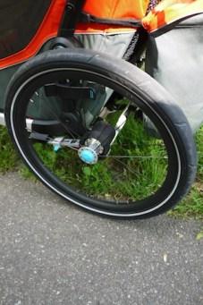 Mit einem Knopfdruck lassen sich die Räder vom Fahrradanhänger demontieren. foto (c) kinderoutdoor.de