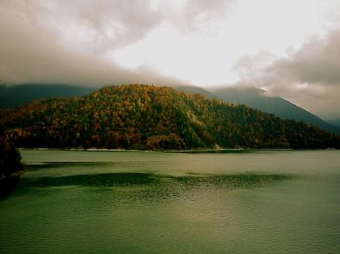 Wandern mit KIndern im Herbst: Den Roßkopf am Sylvensteinsee umrunden. foto (c) kinderoutdoor.de