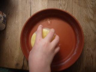 Reibt den unteren Teil unserer Untersetzer mit Butter ein. foto (c) kinderoutdoor.de