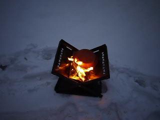 Im Feuer lassen wir unsere Schokobrötchen vor sich hin köcheln. foto (c) kinderoutdoor.de