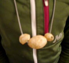 Drei Baumperlen sehen auch als Kette attraktiv aus. foto (c) kinderoutdoor.de