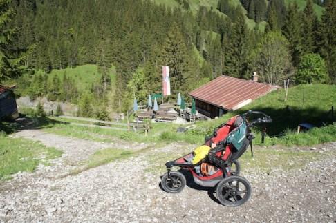 Wanderung mit Kinderwagen zur Bärgunthütte: Unterwegs kommt Ihr an der Alpe Widderstein vorbei. foto (c) kinderoutdoor.de