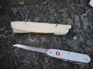 Sägt zwei Mal in das Holz um die Kastelle herauszuarbeiten. foto (c) kinderoutdoor.de