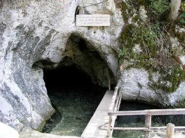 Der Einstieg in die Unterwelt: Hier fahrt Ihr mit dem Boot in die Wimsener Höhle ein. foto (c) kinderoutdoor.de