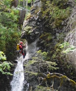Abseilen am Wasserfall. Bevor es mit dem Canyoning losgeht, müsst Ihr es auf dem Trockenen trainieren. foto (c) kinderoutdoor.de