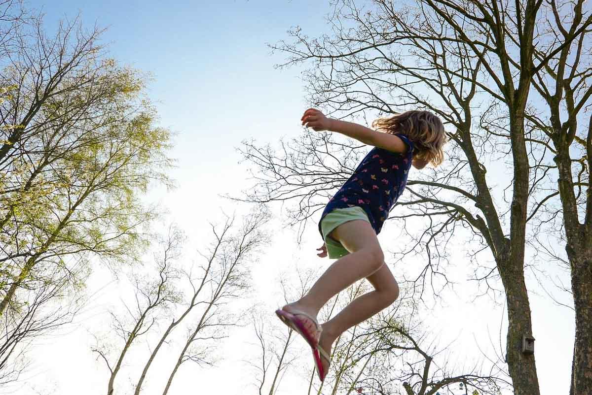 trampolin spass kind springen garten natur mädchen