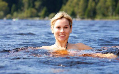 Wenn Badenixen im Meer oder im Pool planschen, sollten sie darauf achten, nicht zu sehr auszukühlen. Am besten immer nach dem Baden die Badekleidung wechseln, denn durch die Auskühlung des Unterleibs wird die Durchblutung vermindert und die Immunabwehr geschwächt.