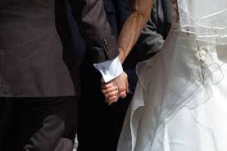 手をつないでいる、結婚