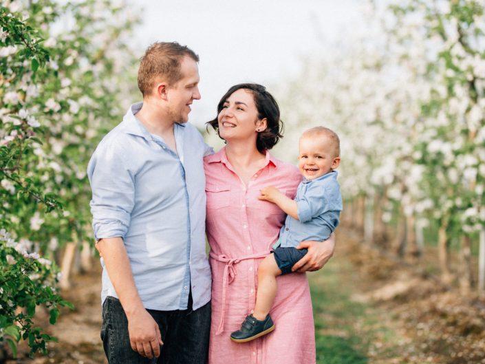 wiosenna-sesja-rodzinna-sad-jabłoniowy-poznań