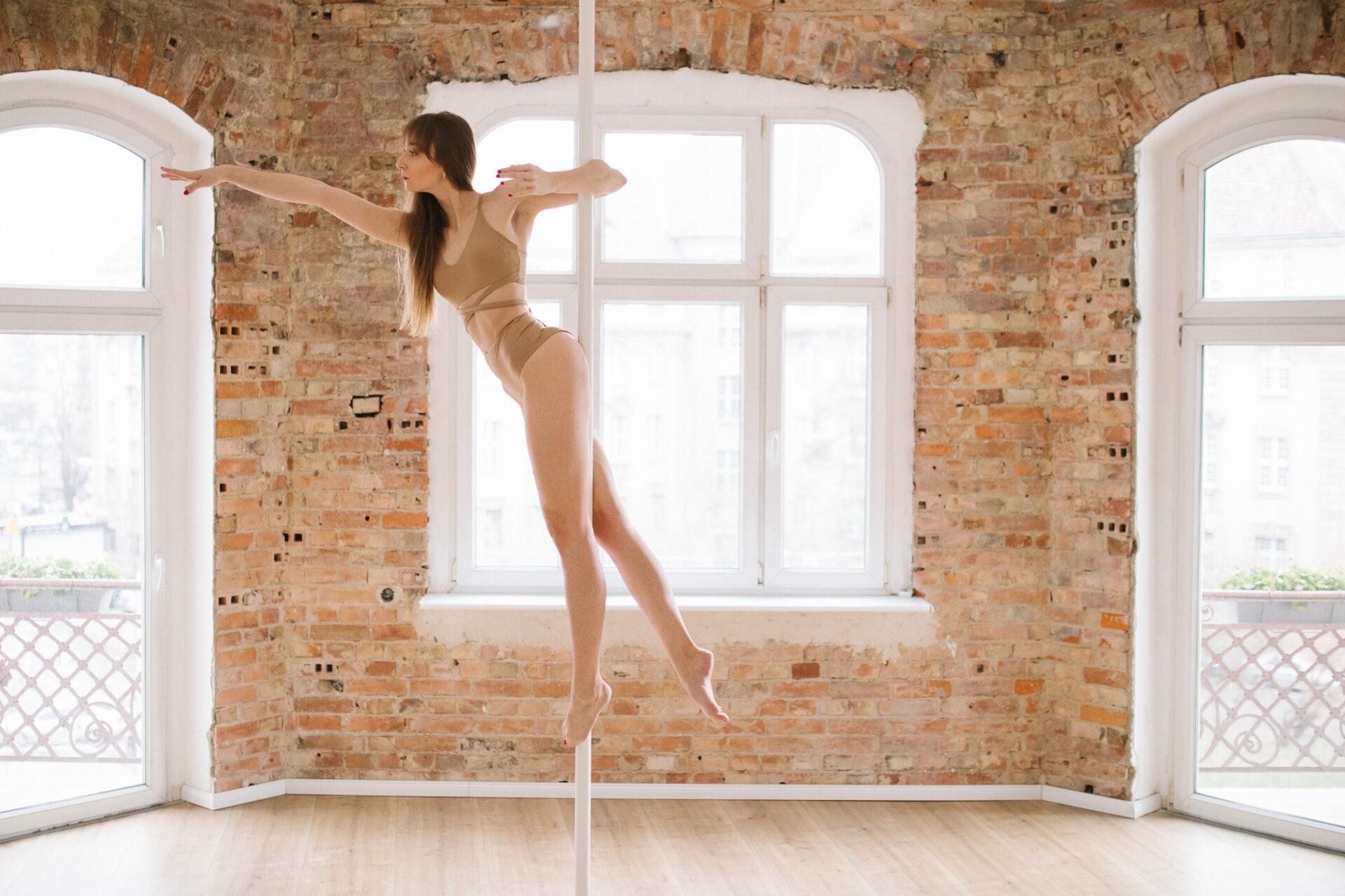 pd-titanic-figury-pole-dance-na-sesje-fotograficzna-sesja-pole-dance-retro-academy-dragonflies-by-madro