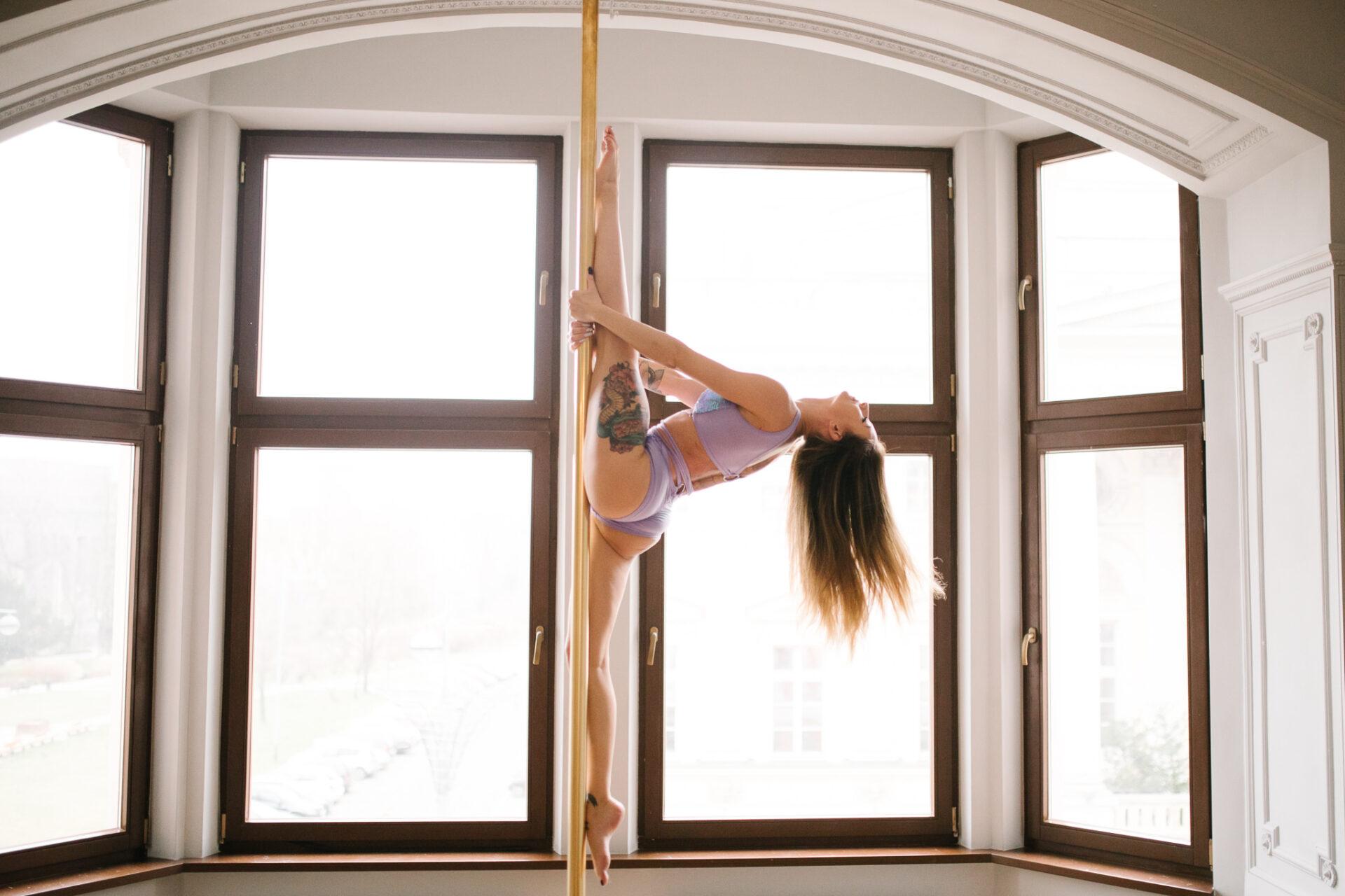 szpagat-pole-dance-figury-na-sesje-pole-dance-pole-empire