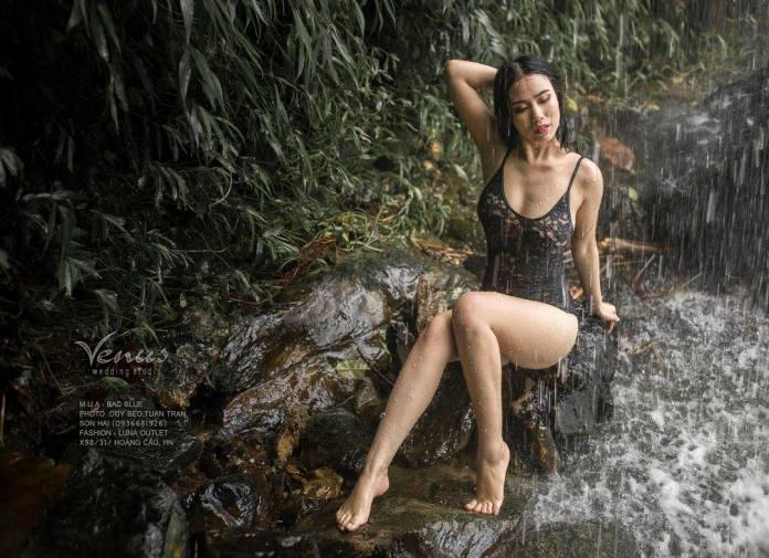 linh miu lộ ngực trần ướt át bên bờ suối