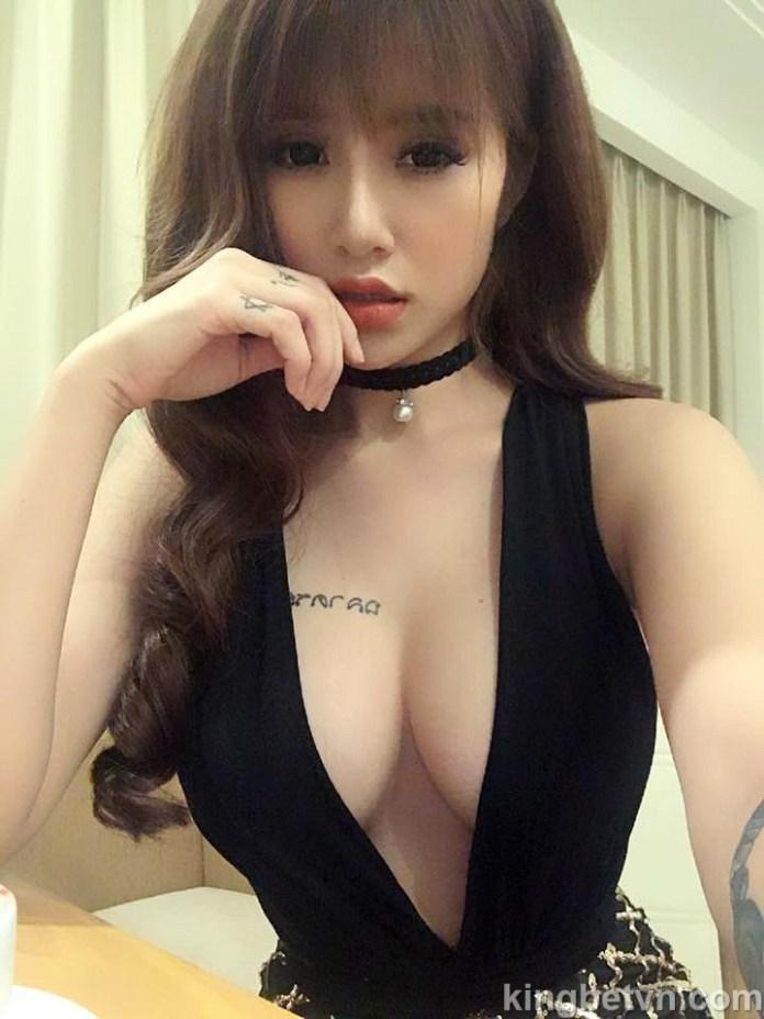 dj linh kem lộ núm show hàng táo bạo lấp ló với bikini