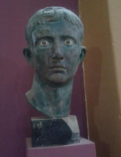 الرأس البرونزي للإمبراطور الروماني أغسطس في المتحف القومي السوداني ~ الخرطوم