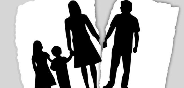 家族と離婚した男性のシルエット