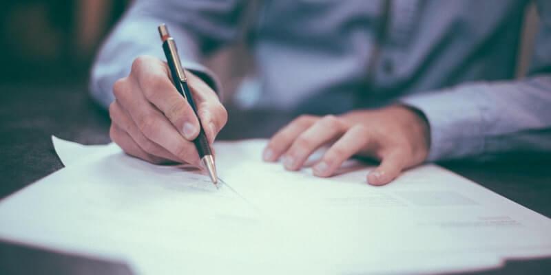 複数の書類を書き上げる人物の画像