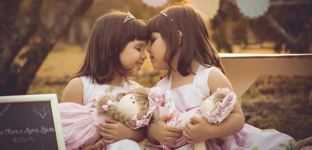 双子のよく似た女の子