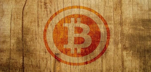 木の板に描かれたビットコインマーク