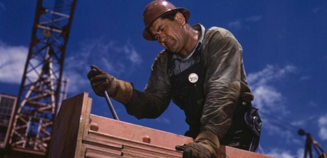 建設の仕事をする男性労働者