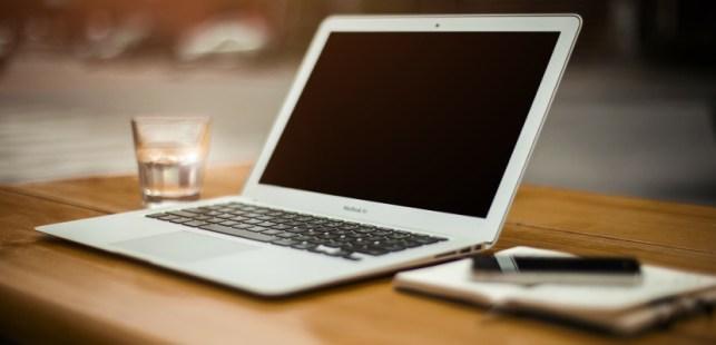 オフィステーブルに置かれたパソコン