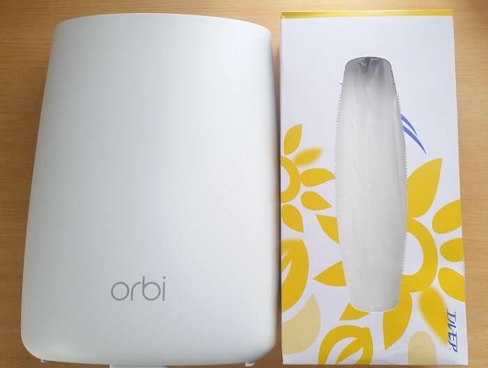 Orbiの本体サイズをティッシュペーパーの箱と比較
