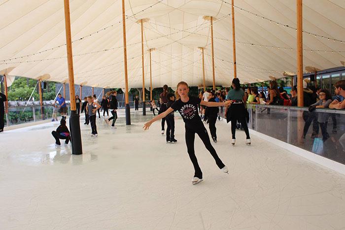 カカアコのワードビレッジに期間限定アイススケートリンクがオープン