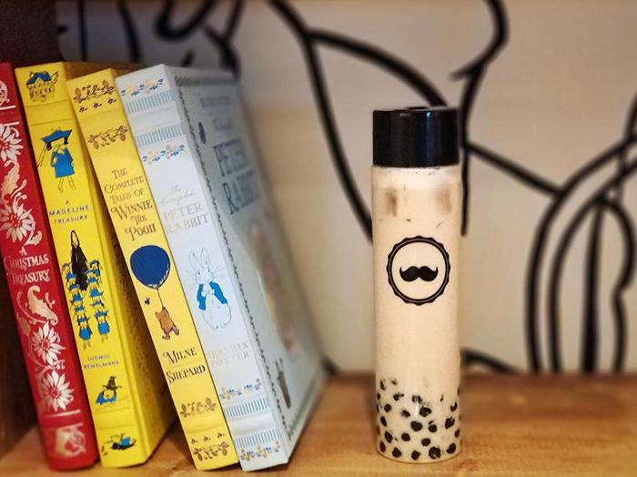 ひげのマークが可愛いボバティーの人気店「Mr. Tea Cafe(ミスター・ティー・カフェ)」がアラモアナ・センター1Fにもオープン!