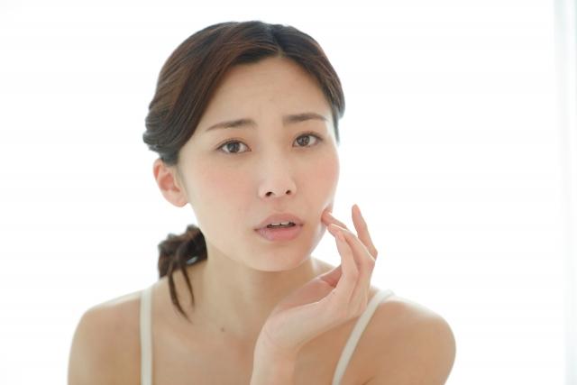 肌がカサカサで化粧のりが悪いときの対処法!粉吹き肌の原因は?