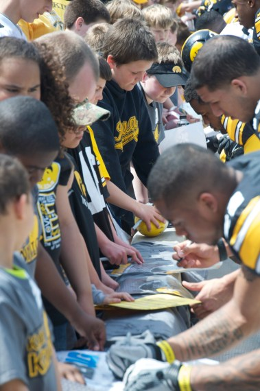 Long line of young autograph seekers. The players really seemed to enjoy the interaction.