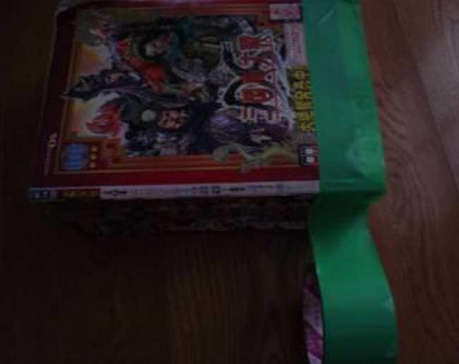 漫画雑誌をテープで巻いてる途中の写真