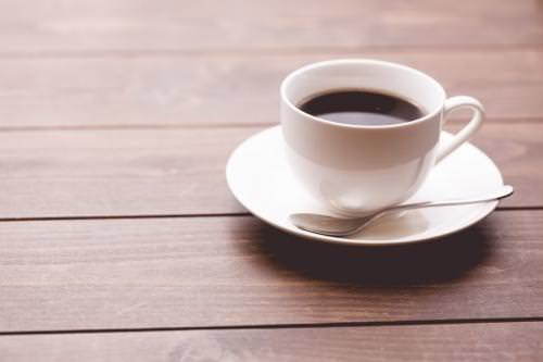 ソーサーに乗ったコーヒー