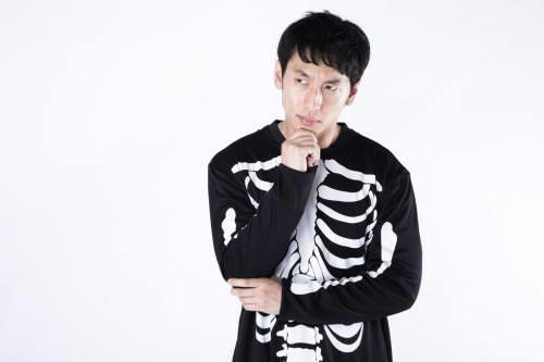 骨のプリントが入った服を着ている男性