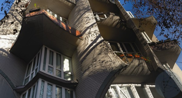 Behind the balcony - Organic bricks, concrete and triangles