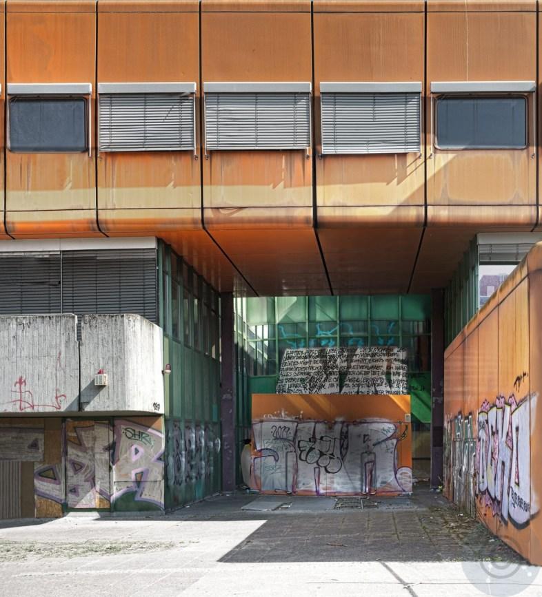 Orange in Green - 'Ich habe alles gemacht' - Limited edition (1-20) - School building – Gebäude des Diesterweg Gymnasiums, Berlin - Pysall, Jensen und Stahrenberg & Partner architects, 1971–1977 - Giclee Epson Semi-Gloss © Prosper Jerominus 2020